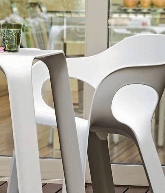 Easy Table from Magis designed by Jerszy Seymour.